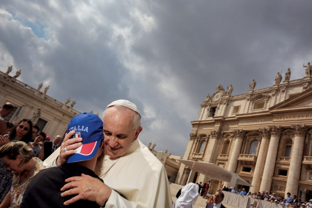 pope francis hugging
