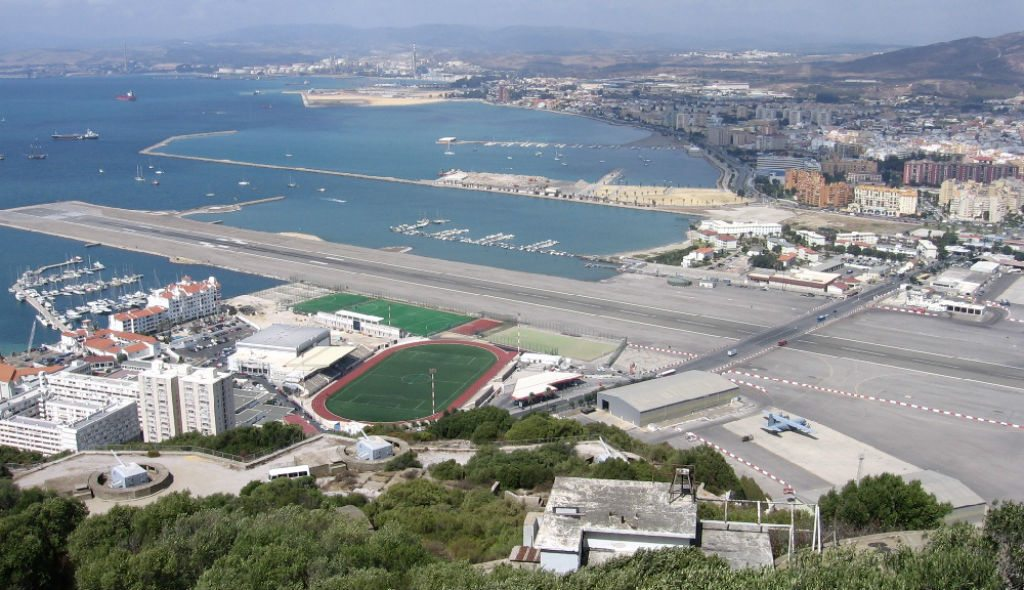 Gibraltar's busiest road cuts right across its airport. Photo: Wikimedia Commons/Creative Commons (http://bit.ly/1jxQJMa)